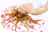Saçında gül yaprakları ile güzel kız — Stok fotoğraf