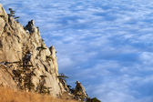 солнечной скалы и море в облаках — Стоковое фото