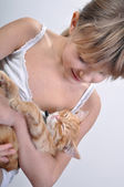Adorable girl cradles sleeping kitten — Stock Photo