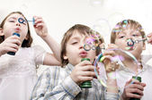 Crianças soprando bolhas — Fotografia Stock