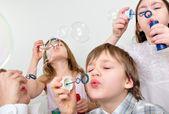 çocukların arkadaş blowing bubbles — Stok fotoğraf