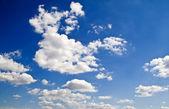 Nuages et ciel sblue — Photo
