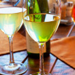 Two goblets with white wine on restaurant table — Stock Photo