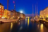 Escenografía de noche de nyhavn en copenhague, dinamarca — Foto de Stock