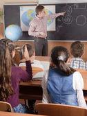 Professor do sexo masculino na frente de alunos do ensino fundamental idade — Foto Stock