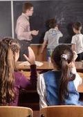 Manlig lärare framför elementära ålder eleverna — Stockfoto