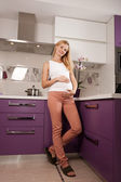 台所で pregannt 女性 — ストック写真