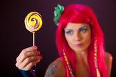 持有棒棒糖的粉红色头发的女孩 — 图库照片