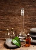Lahvičky s parfémy olejů v laboratoři vůně — Stock fotografie