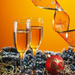 Two glasses of wine and Christmas decoration — Stok fotoğraf