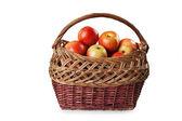 在柳条篮子里的苹果 — 图库照片
