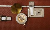 Resväska och kompass — Stockfoto