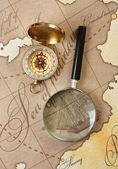 Lupa e bússola no mapa — Fotografia Stock