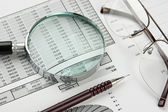 Förstoringsglas och arbetsdokument — Stockfoto