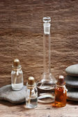 Fläschchen mit Parfüm Öle im Duft-Labor — Stockfoto