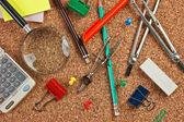 Suministros de oficina en un desastre en la mesa — Foto de Stock