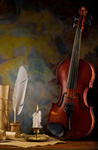 Composition of violin and antique items — Stockfoto