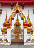 Gilded gates of an Buddhist temple — Stock Photo