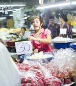 Vendedor en el mercado local — Foto de Stock