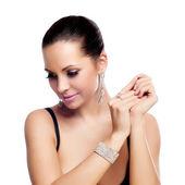 Elegante modieuze vrouw met zilveren sieraden — Stockfoto