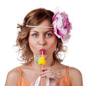 Vacker kvinna dricker apelsin juice — Stockfoto