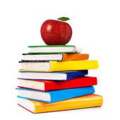 Wieża książek z jabłkiem na białym tle — Zdjęcie stockowe