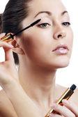 Vacker kvinna tillämpa mascara på hennes ögonfransar — Stockfoto