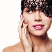 Sexig och vacker kvinna med en svart spets på hennes ögon — Stockfoto