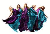 Vacker ung kvinna dans i lila lång klänning — Stockfoto
