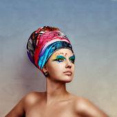 Unga skönhet bär kreativa hatt och göra upp — Stockfoto