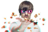 Young man in stereo glasses throwing popcorn at the viewer 3d mo — Stockfoto