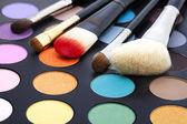 Makyaj fırçaları ve makyaj göz gölgeler — Stok fotoğraf