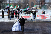 Newly Married Couple and Syrian Protesters — Stock Photo