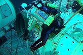 Michael Barratt is training for spacewalks in the Russian Hydrol — Stock Photo