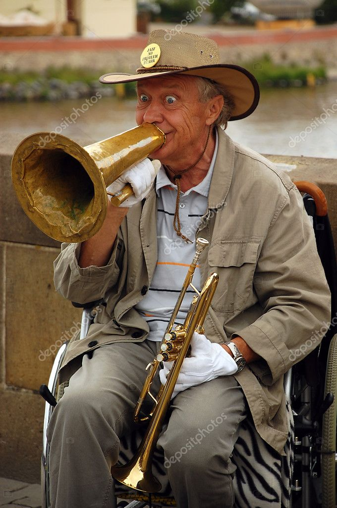 The famous in Prague stiff-limbed street musician is playing jazz on the Charles bridge in the capital of Czechia Prague while sitting on the wheel chair on the 14th of June, 2008.. — Stock Photo #9295295