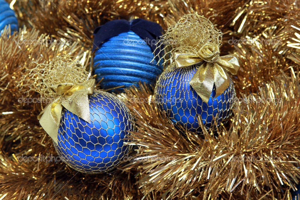 Blue christmas balls on a golden tinsel — Stock fotografie #9265846