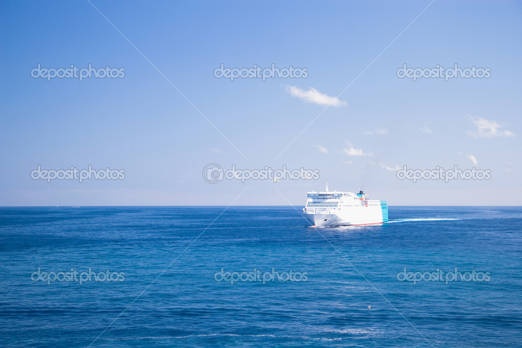 Ferry at the mediterranean sea — Stock Photo #9882976
