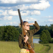 Blondie girl with a hunting rifle. — Foto Stock