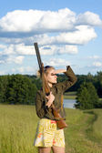 Blondie girl with a hunting rifle. — Stockfoto