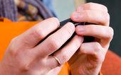 Mani con uno smartphone — Foto Stock