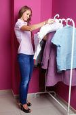 Vrouwen die proberen op kleding in het winkelcentrum binnenshuis — Stockfoto