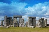 Stonehenge historic site on green grass under blue sky. Stonehen — Stock Photo