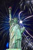 Statua wolności i fajerwerki w czarne niebo — Zdjęcie stockowe