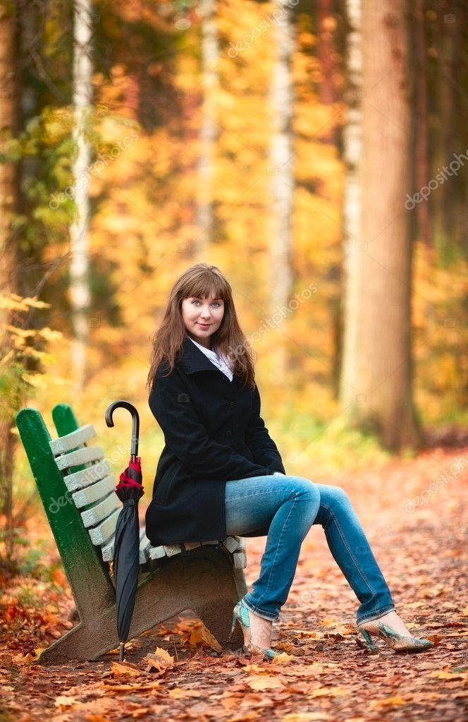 Фото женщин на скамейке 1 фотография