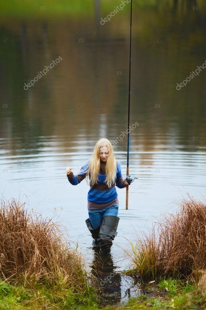 женщин в лесу ловят