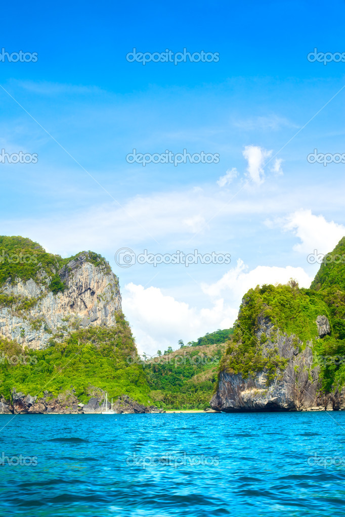Jungle island in Andaman Sea, Krabi, Thailand — Stock Photo #9581400