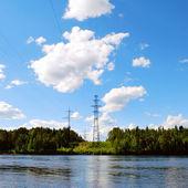 Línea de alta tensión a través del río — Foto de Stock