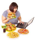 Kvinna äta skräpmat. — Stockfoto