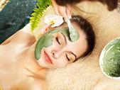 Mulher com máscara facial de argila aplicar por esteticista. — Foto Stock