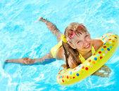 Barn leker i poolen. — Stockfoto